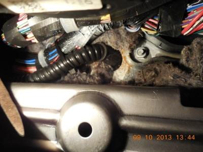 Место сверления моторного щита с протащенным кабелем и резиновым грибком-проходной втулкой из комплектаGL1.5.JPG