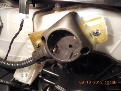 Место крепления  пластины с розеткой 220в на корпусе вентилятора кондиционера под торпедой пассажира.JPG